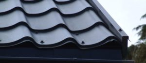 Как правильно крепить металлочерепицу саморезами на крыше