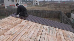 Как правильно покрыть поверхность крыши профнастилом своими руками