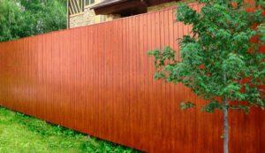 Какой забор дешевлеи практичнее строить: деревянный или из профнастила