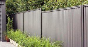 Какой толщины профнастил на забор лучше брать для монтажа