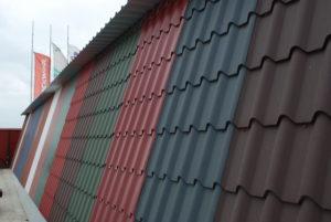 Что лучше выбрать для покрытия крыши: профнастил или металлочерепицу
