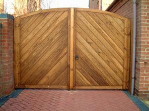 Как пошагово сделать и установить деревянные распашные ворота своими руками
