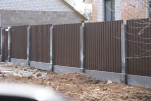 Как построить забор из металлопрофиля своими руками