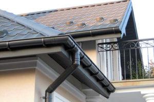 Пошаговый монтаж металлических водостоков для крыши своими руками