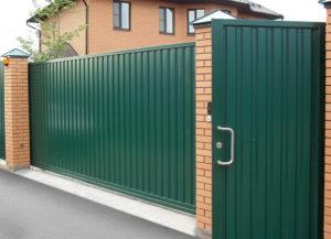 Как построить забор из профнастила с откатными воротами самому