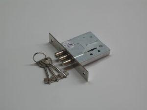Как сделать и повесить накладной замок на калитку самому