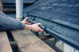 Как можно установить водостоки, если крыша уже покрыта