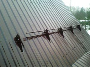 Как пошагово крепить снегозадержатели на металлочерепицу своими руками
