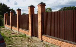 Как сделать забор из профнастила и кирпича своими руками