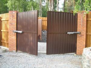 Распашные или откатные ворота лучше выбрать
