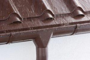Пошаговый монтаж водостоков для крыши своими руками